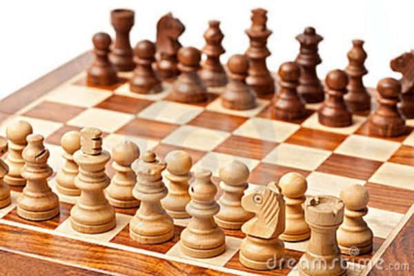pedazos-de-ajedrez-de-madera-en-el-tablero-de-ajedrez-18537949